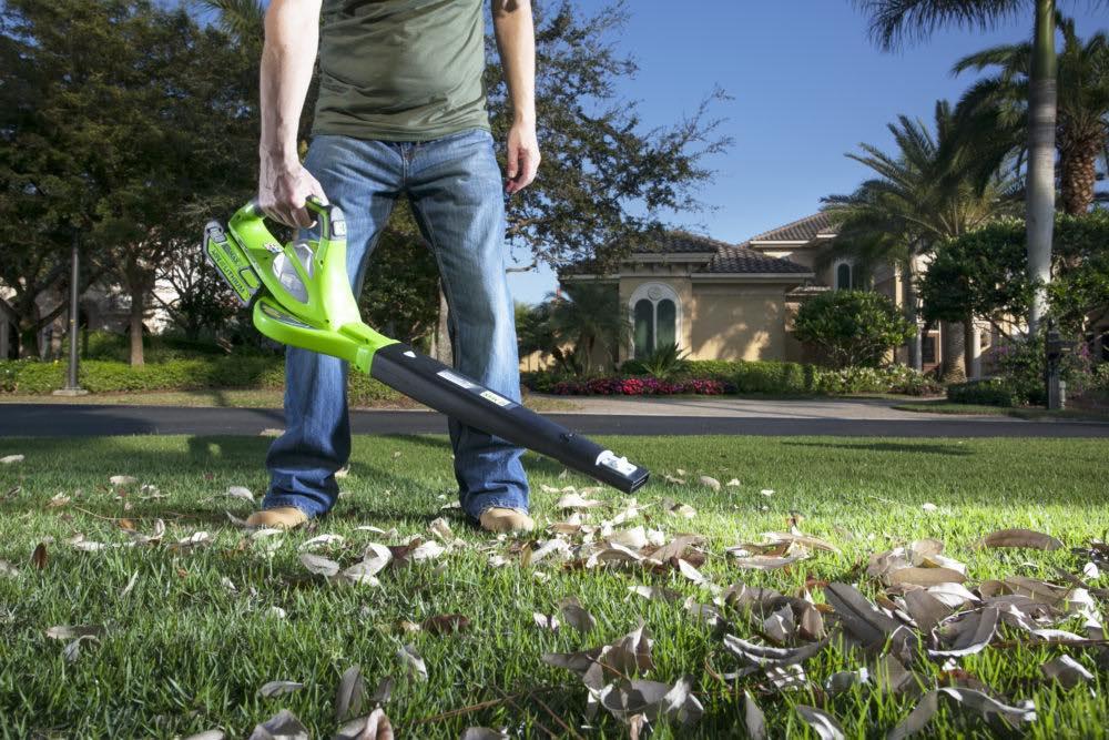 Sprytne sposoby na jesienne sprzątanie ogrodu