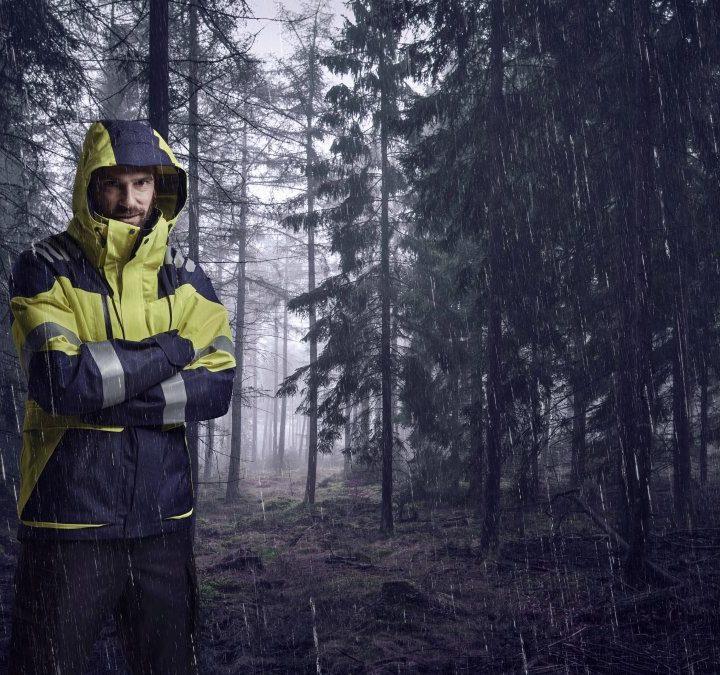 Robocze ubrania przeciwdeszczowe, czyli jak sprawić, by deszcz w pracy uszedł na sucho